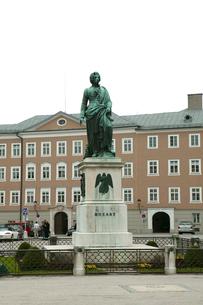 モーツァルト広場のモーツァルト像の写真素材 [FYI01580216]
