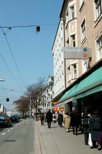 街角の歩道の歩行者の写真素材 [FYI01580217]