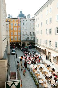 モーツァルト生家前のカフェの写真素材 [FYI01580266]