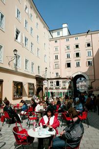 モーツァルト生家前のカフェの写真素材 [FYI01580273]