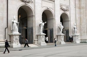 ザルツブルグ大聖堂の入り口の写真素材 [FYI01580300]