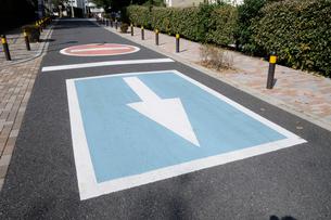 路面の一方通行の標識の写真素材 [FYI01580413]