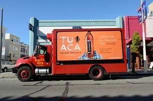 飲料配達のトラックの写真素材 [FYI01580580]