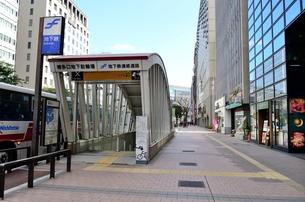 大博通り歩道の地下連絡通路出入り口の写真素材 [FYI01580615]