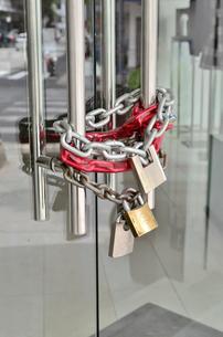 幾重にも施錠されたドアの写真素材 [FYI01580655]