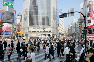 渋谷駅ハチ公口渋谷駅前交差点 Qフロントの写真素材 [FYI01580766]