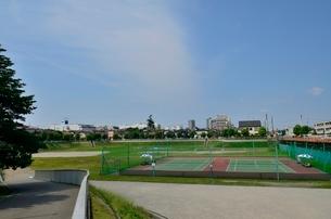 びくに公園多目的広場とテニスコートの写真素材 [FYI01580808]