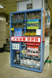 地下鉄駅内にある非常用袋の写真素材 [FYI01580940]
