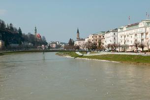 ザルツァハ川からの景色の写真素材 [FYI01580971]