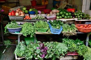 ローカル市場に並ぶ野菜の写真素材 [FYI01581073]