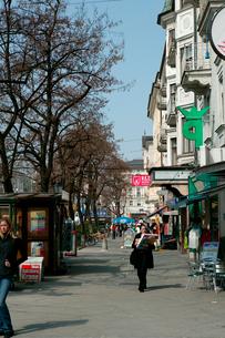 街角の歩道の歩行者の写真素材 [FYI01581758]