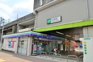 JR横浜線片倉駅北口と高架下のコンビニの写真素材 [FYI01581817]