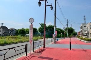 練馬区立大泉第一小学校前バス停と広い歩道の写真素材 [FYI01581864]