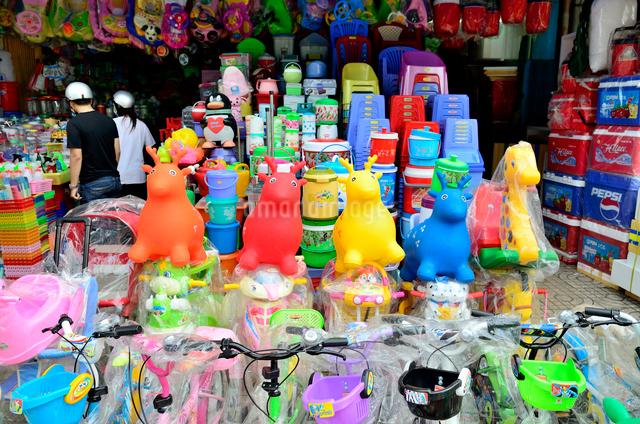 プラスチック製品を扱う問屋の店頭の写真素材 [FYI01581892]