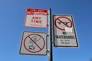 停車禁止とスケートボード禁止ゴミ捨て禁止の標識 の写真素材 [FYI01582105]