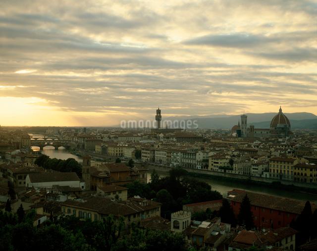 アルノ川とフィレンツェの夕景の写真素材 [FYI01582168]