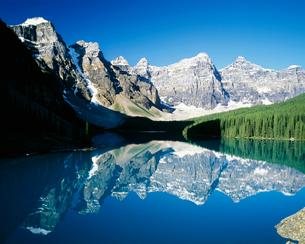 モレーン湖とテンピークスの写真素材 [FYI01582341]