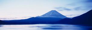 夜明けの富士山と本栖湖の写真素材 [FYI01582449]