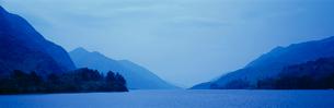 シール湖と山の写真素材 [FYI01582553]