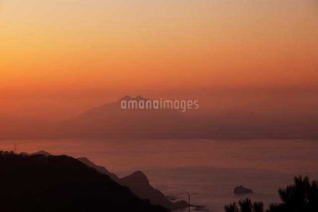 若狭湾と青葉山の夕景の写真素材 [FYI01582737]