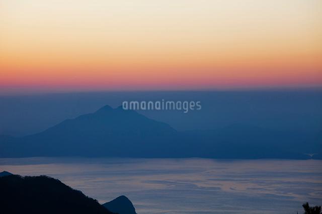 若狭湾と青葉山の夕景の写真素材 [FYI01582770]