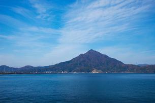 小浜湾と青葉山の写真素材 [FYI01582821]