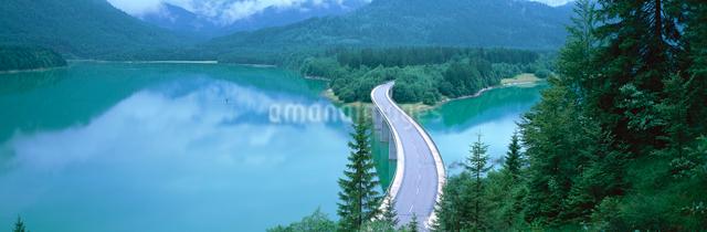 シルフェンシュタイン湖と橋の写真素材 [FYI01582851]