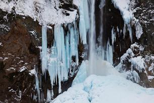 冬の平湯大滝の写真素材 [FYI01583243]