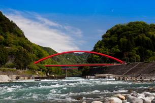 愛本橋と黒部川の写真素材 [FYI01583291]
