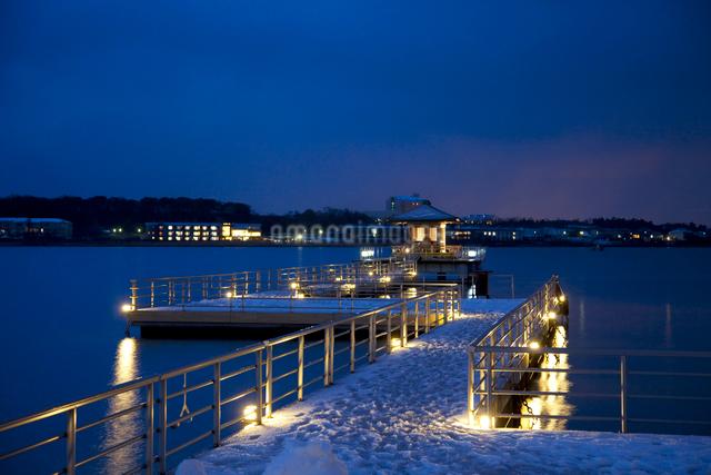 柴山潟と浮御堂夜景の写真素材 [FYI01583335]