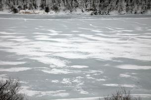 凍る飛騨川の写真素材 [FYI01584019]