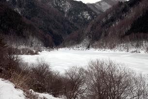 凍る飛騨川の写真素材 [FYI01584048]