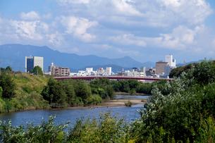 日野川と福井の町並みの写真素材 [FYI01584506]