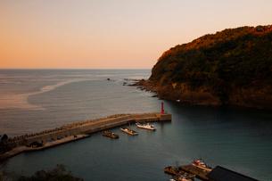 鎧漁港夕景の写真素材 [FYI01584537]