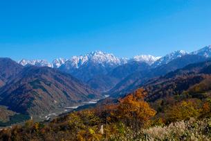 紅葉の剣岳と早月川の写真素材 [FYI01585096]
