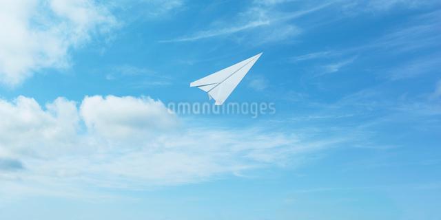 青空に飛ぶ紙飛行機の写真素材 [FYI01585326]
