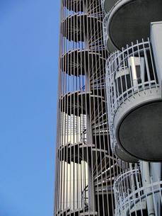 マンションの螺旋状の非常階段の写真素材 [FYI01585400]