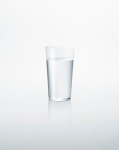 グラスに入った水の写真素材 [FYI01585413]