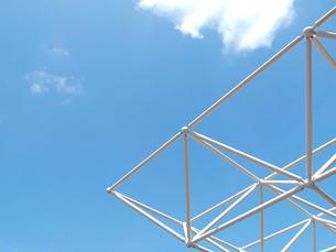 白いオブジェと青空の写真素材 [FYI01585423]