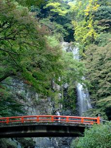 瀧見橋と箕面大滝の写真素材 [FYI01585432]