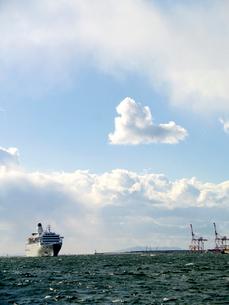 豪華客船とハート型の雲の写真素材 [FYI01585453]
