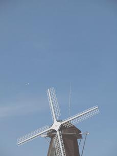青空と風車とヘリコプターの写真素材 [FYI01585464]