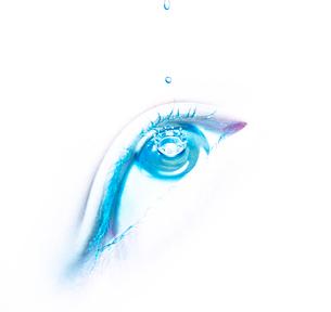 目薬をさす目の写真素材 [FYI01585474]