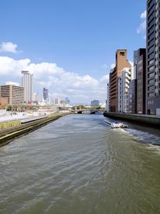 土佐堀川とアクアライナーの写真素材 [FYI01585485]