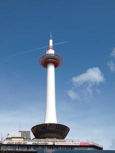京都タワーと飛行機雲の写真素材 [FYI01585604]