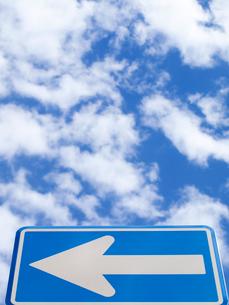 一方通行の標識と青空の写真素材 [FYI01585623]
