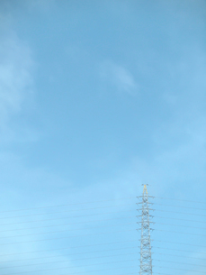高圧線鉄塔と青空の写真素材 [FYI01585643]