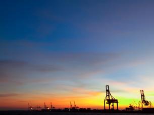 夕暮れのコンテナターミナルの写真素材 [FYI01585652]