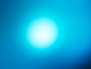 光とブルー背景の写真素材 [FYI01585695]