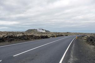 溶岩と道路43号線の写真素材 [FYI01585757]